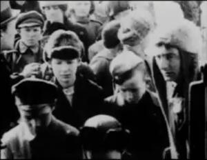 Dziga Vertov, a la derecha, como 'acomodador' de una sesión infantil de cine