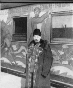 Lunacharski ante un tren de agitación