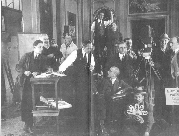 Equipo de rodaje del estudio Ermolev -sentado en el centro-.