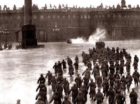 No hay imágenes cinematográficas de la Toma del Palacio de Invierno entre otras razones porque el Comité Militar Revolucionario prohibió las grabaciones durante esos días. La reconstrucción para la película Octubre de Eisenstein es una de las imágenes más célebres.