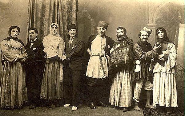 Arshin Mal-alan es una opereta azerbaiyana que tuvo una adaptación cinematográfica. Aunque son de 1917, las imágenes son de intérpretes en teatro, no en la película.