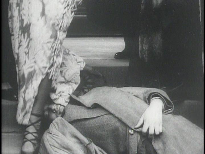 La mujer fatal. Hija del siglo (1914). Mary pasa literalmente por encima del cadáver de su antiguo amante.