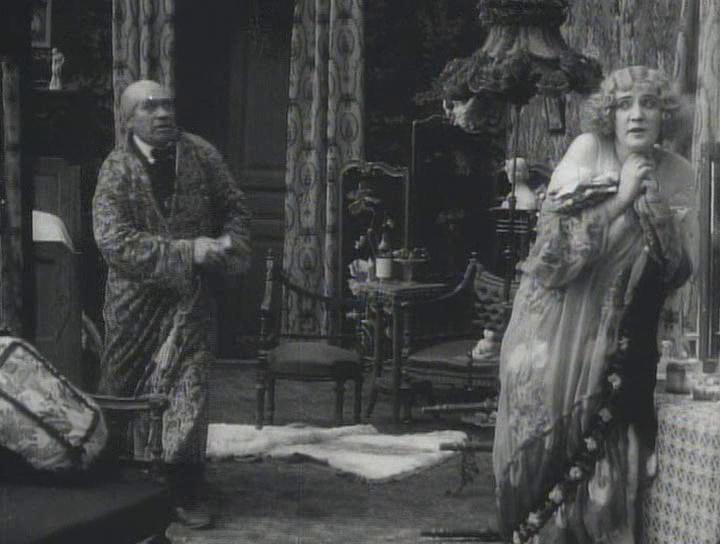 La mujer de Bauer en la película El truco 1002. Cuando hacía películas dramáticas aparecía como Emma, cuando eran comedias, como en este caso, como Lina.