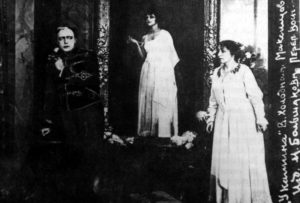Imagen de la película Cerca de la chimenea. Vera Kholodnaia, Vladimir Maksimov y Balshakova
